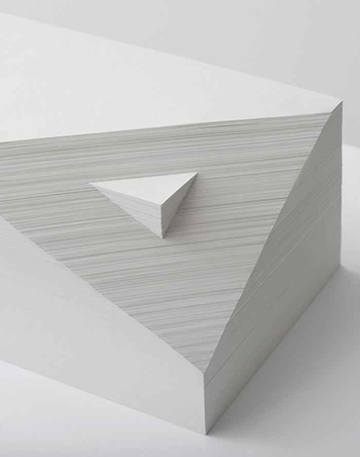 Skulptura od papira Dupla prizma, Bjanka Čang (Bianca Chung)